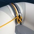 Основа за стойка с клин Railblaza CleatPort RIBMount BLK - въжето е удобно намотано на клина, а носът на лодката добре прилепен към водата